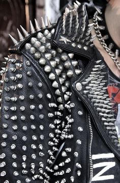 tumblr_lr0iy8BtkV1qbl88jo1_500.jpg (426×649) #jacket #spikes #punk #leather