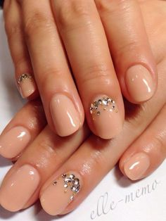 Classy and very elegant. Coated in matte nude nail polish and accented with glitters on top, this summer nail art is simply a kicker for jus