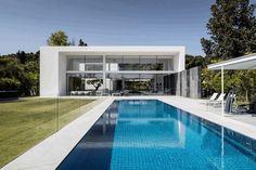 Simple Geometry Shines in Modern Minimalist Home