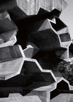 Daniela Salgado / Pinterest #concrete #black #geometric #architecture #grey