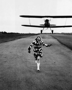 GreyHandGang™ #run #woman #airplane #surprise #fashion