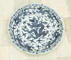 Extraordinary and particular large Chinese blue and white porcelain bowl with round shaped border, waved extended high border rim, decorated with a blue painted dragon in the centre with clouds and four dragons on the sides #Sets #Teasets #Porcelainsets #Antiqueplates #Plates #Wallplates #Figures #Porcelainfigurines #porcelain