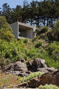 Concrete Painting Studio Built on a Rocky Hill / Chile