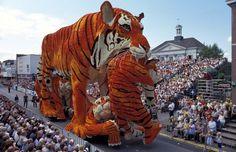 2002 Year sculpture of a tiger and little tiger #sculpture #of #art #flowers #parade