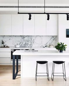 I've been on the hunt for inspiration for our kitchen mini-reno, this marble splashback is definitely ticking my boxes ✔️ from the home