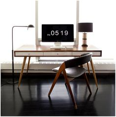 minimaldesks:Reader,ernesthon,submitted his desk. This is just beautifulmid centuryexample of an elegant, minimal workspace.The de