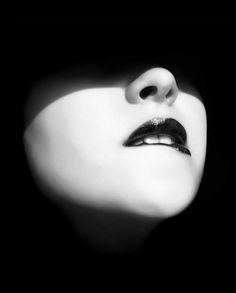 Et sur les visages affleurent tempêtes, bonaces, courants et le saut des poissons qui rêvent de voler* « LE CLOWN LYRIQUE #sexy #woman #lust #lips #bite #photography #nostrils #shadow