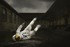 Crash Landed We really like astronauts (we even made an artwork inspired by them), specially in this series of photos from Ken Hermann in c #astronaut #photography