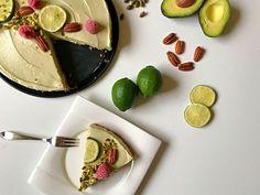 Fitmelonies Avocado-Käsekuchen mit Nussboden und Beeren