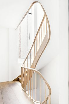 Sculptural curving stairway. Keyserrijck by AIDarchitecten. © Lucid. #curvingstairs #staircase #woodenstairs #curvingstairs #staircase #woo