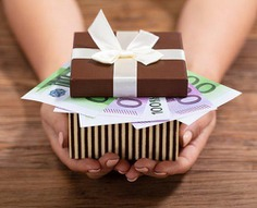 Here, we will tell you the average wedding gift cost, gift etiquette and how much to spend on gifts per wedding situation.