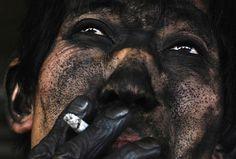 Foto por Wissam Nassar / The New York Times – Fonte: amazinggworld Rosto de um trabalhador de mina de carvão – China