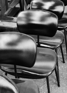 http://journal.carlottamanaigo.com/?paged=2 #repetition #modernist #chairs