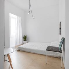Minimal bedroom with floor bed. Graça Apartment by Fala Atelier. © Últimas reportagens. #bedroom #minimal #floorbed