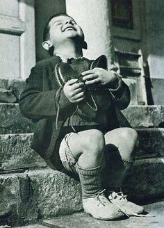 Garoto austríaco ganha sapatos novos durante a Segunda Guerra Mundial