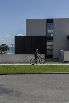 Minimalist Beachside House Featuring a Contemporary Clean Line Aesthetic 1
