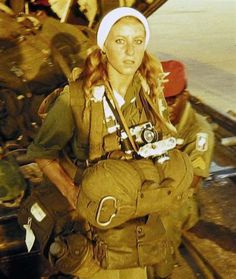 This is French combat photographer Catherine Leroy, photographed before taking off with the 173rd Airborne Brigade. At the age of 21, in 196