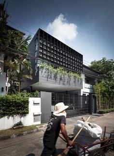 Flower Cage House in Bangkok / Anonym Studio