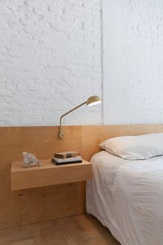 White bedroom with plywood headboard and bedside table. Ap Cobogó by Alan Chu. #alanchu #minimalism #bedroom #plywood