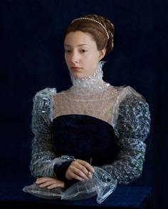 imagen de chica recreando cuadros de la pintura renacentista con materiales reciclables