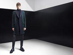 Colección hombre Otoño-Invierno 2014 de Z Zegna por Paul Surridge: abrigo de lana de doble pechera azul marino y verde, pantalón slim de #fashion #2014 #zegna