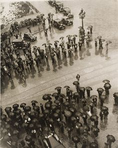 Kati Horna. Los Paraguas, mitin de la CNT [Umbrellas, Meeting of the CNT], Spanish Civil War, Barcelona, 1937. Archivo Privado de Fotografí #white #umbrella #black #photography #rain #vintage #and #revolution #flood