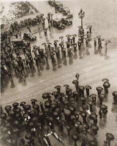 Kati Horna. Los Paraguas, mitin de la CNT [Umbrellas, Meeting of the CNT], Spanish Civil War, Barcelona, 1937. Archivo Privado de Fotografí #white #umbrella #black #photography #rain #vintage #and #revolution #flood