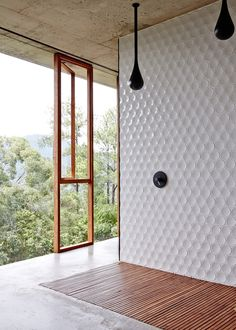 Shower with a view Planchonella House,© Sean Fennessy