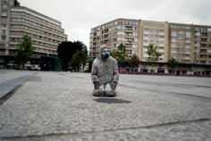 cement miniature sculptures artist isaac cordal (19)
