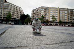 cement miniature sculptures artist isaac cordal (19)