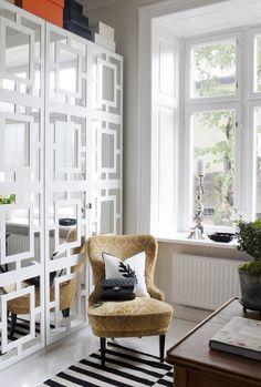 Garderoberna med spegeldörr är Ikeas PS, med påklistrade paneler från myovelays.com. Ljusstaken i fönstret är från holländska Pols p