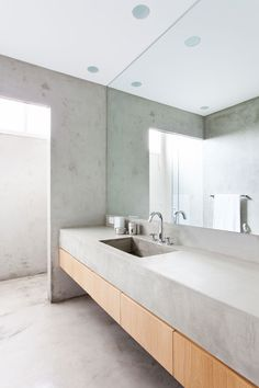 Concrete bathroom. Apartamento Sergipe by Felipe Hess. © Ricardo Bassetti. #bathroom #bathroomvanity #concrete