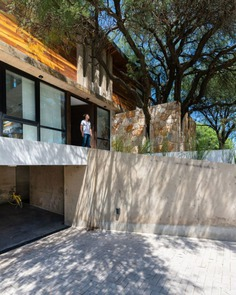 "Nagus House – ""Behind the Tree"" Residential Project by IASE Arquitectos"