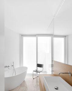 Contemporary wet room. Casa dos Abraços by Marlene Uldschmidt. © FG+SG. #bathroom #contemporary #wetroom