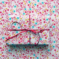 'Geschenke verstecken' ein Foto von 'Flügelfrei' #red #pattern #camouflaged #gift #birthday #ribbon #flowers