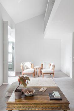 Transitional living room. DL House by URBAstudios. © João Morgado. #livingroom #transitional #mezzanine