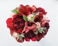 Букет невесты из бордовых пионов, калл и розовых роз