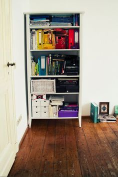 ©LaraBispinck #cupboard #living #books #colors #rainbow #room