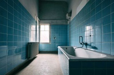 Decaying Bathrooms: Abandoned Photography by Ralph Graef
