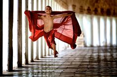 b2ap3_thumbnail_s_n02_208738tp.jpg #photo #monk #child #flight