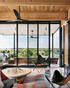 Contemporary Texas Retreat with Double-Height Glass Walls 8