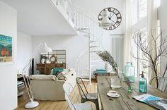 Metalowe ażurowe schody (Atrium) składają się jak wachlarz. #staircase #spiral #living #room