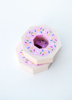 Giftwrap // Paper donut // Free template! #paper #package #donut