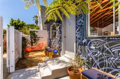 This Venice Bungalow Takes on an Artsy Vibe with a Graffiti Painted Facade