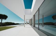 A white retreat unites minimalism and the Costa Brava landscape