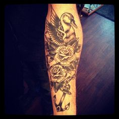 Cicatrisé de la dernière fois, maintenant la couleur, go! @jolie_rouge_tattoo #bleak #swan #roses #tattoo #blue