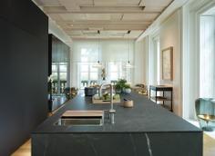 cocina-abierta-con-isla-luminosa-y-con-muebles-columna