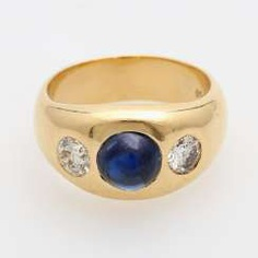 Band ring with 2 diamonds and 1 sapphire Cabochon.