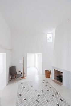 White living room. Casa Voltes. Photo by Lorenzo Kàràsz. #livingroom #minimal