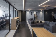Monochrome Office Space with Minimum Objects / Tal Goldsmith Fish Design Studio 4